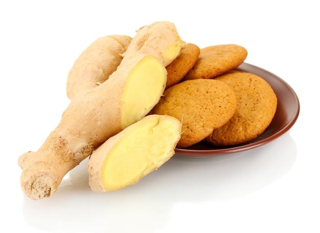 Imbirowe ciasteczka ze świeżym korzeniem imbiru na białym tle