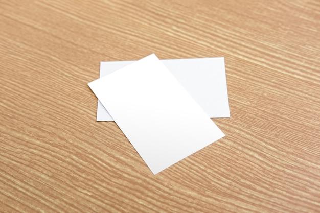 Imię karta na drewnianym tle
