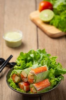 Imitacja paluszków krabowych roladki ze świeżych warzyw