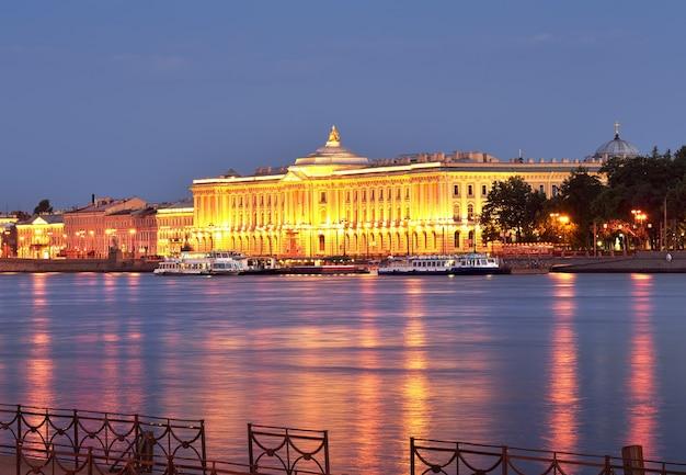 Imperial academy of arts w lampkach nocnych nabrzeże uniwersytetu przed świtem