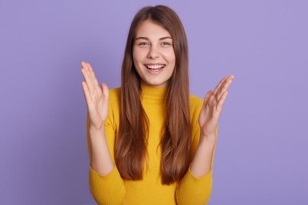 Imponująca kobieta robi wielki gest dłońmi