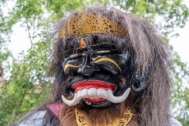 Imponująca, ręcznie wykonana konstrukcja, posąg ogoh-ogoh zbudowany na paradę ngrupuk, która odbywa się w dzień nyepi w ubud, wyspa bali, indonezja, z bliska