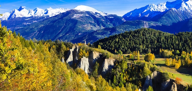 Imponujące włoskie alpy w valle d'aosta w złotej, jesiennej kolorystyce