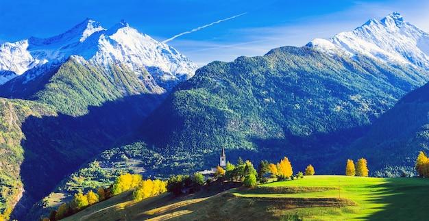 Imponujące włoskie alpy w valle d'aosta z małymi wioskami.
