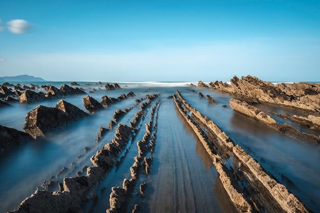Imponujący geopark w sakoneta na wybrzeżu dęby. kraj basków