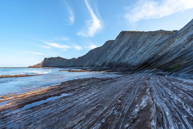 Imponujący geopark w sakoneta w dębie w czasie odpływu. kraj basków