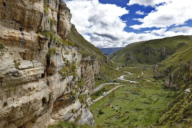 Imponujący kanion shucto (skręcony) jest formacją geologiczną