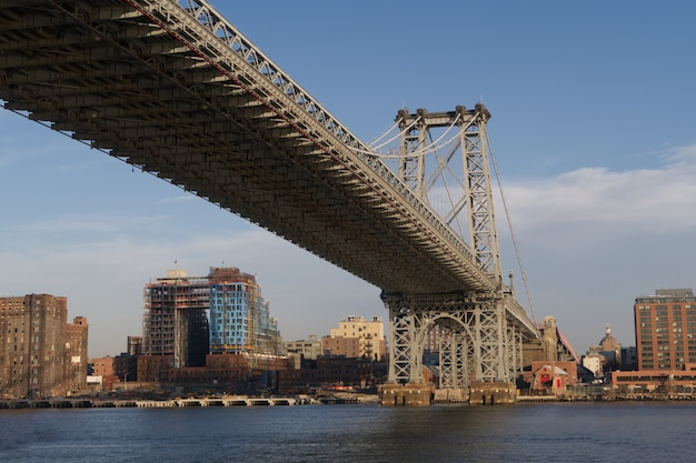 Imponujący widok na manhattan bridge w nowym jorku
