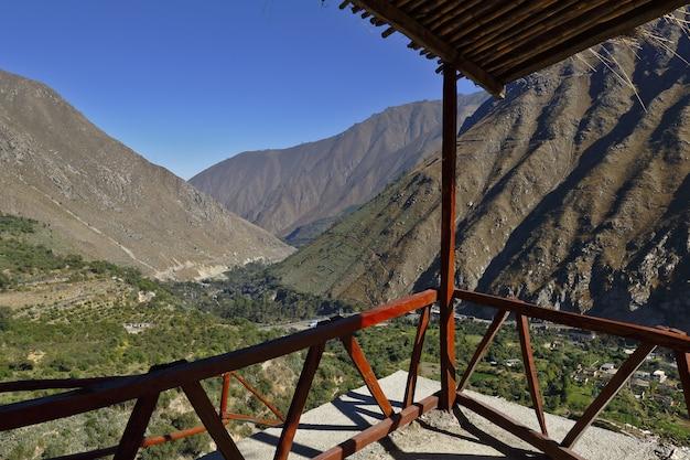 Imponujący widok z punktu widokowego na szczyty dzielnicy san jeronimo de surco.