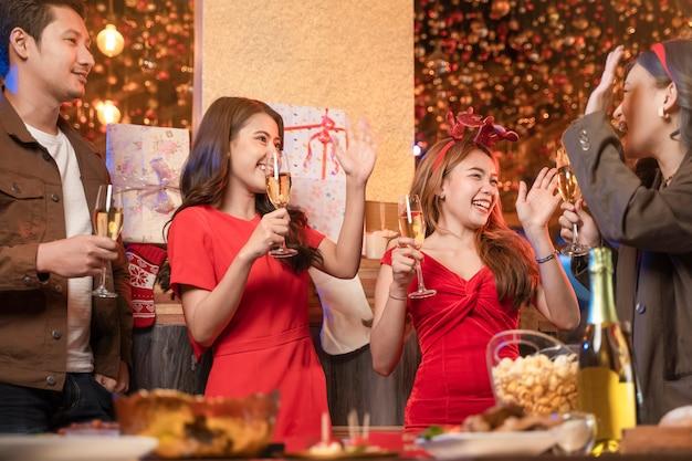 Impreza azjatyckich kobiet i mężczyzn świętujących szczęście przyjaciół wigilię świętuje kolację