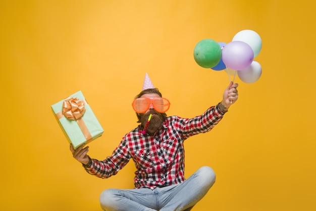 Impreza człowiek wakacje impreza celebracja koncepcja impreza czas wakacje i uroczystości człowiek z balonami