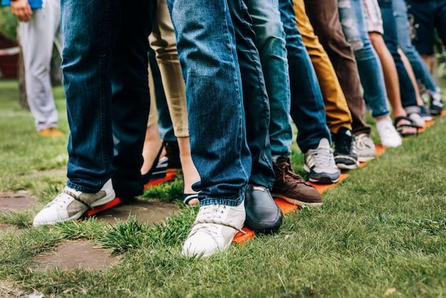 Impreza integracyjna. koledzy stoją obok siebie na drewnianych nartach