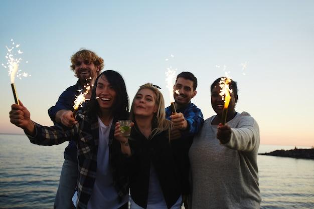 Impreza na plaży o zachodzie słońca