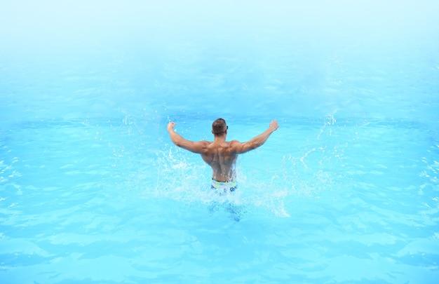 Impreza na plaży. wakacje. relaks na bahamach lub bermudach - koncepcja podróży. trener mięśni atletycznych