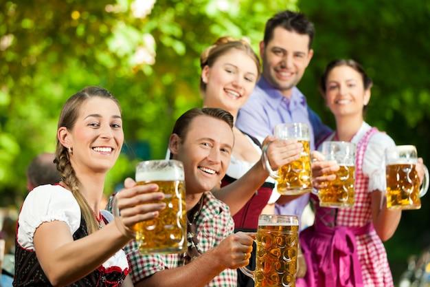 Impreza oktoberfest z przyjaciółmi pijącymi piwo