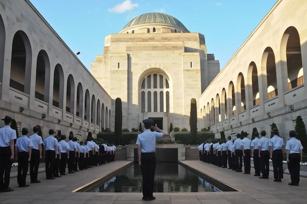 Impreza parada dla poległych w muzeum wojny anzac w canberze w australii