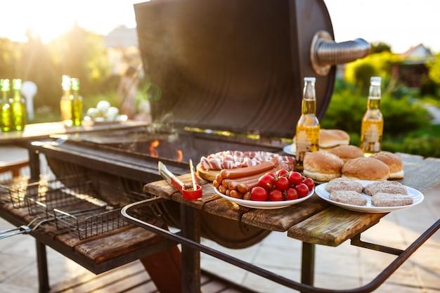 Impreza z grillem. smaczne jedzenie na drewniane biurko.