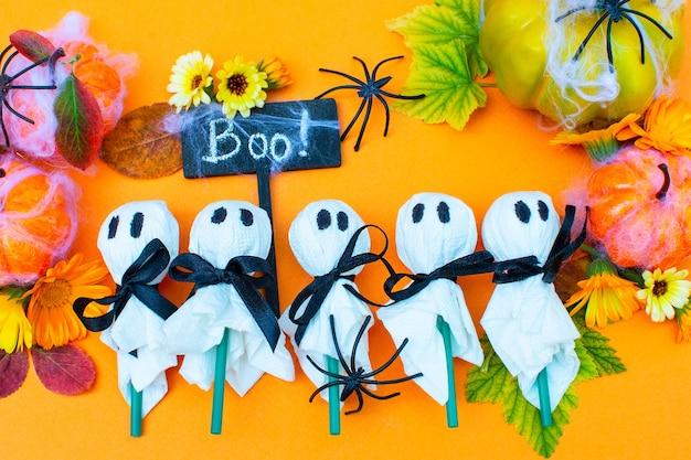 Impreza z okazji halloween udekorowane jedzenie dla dzieci boo cukierek albo psikus