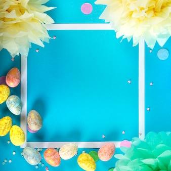 Imprezowa powierzchnia świąteczna ze wstążką, gwiazdami, świeczkami urodzinowymi i konfetti na niebieskiej powierzchni