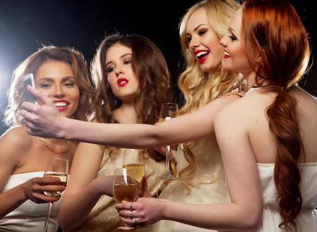 Imprezowe szczękające flety z winem musującym
