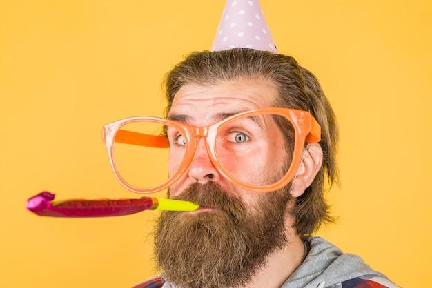 Imprezowicz na imprezie święta celebracja koncepcja impreza czas święta i celebracja mężczyzna w big