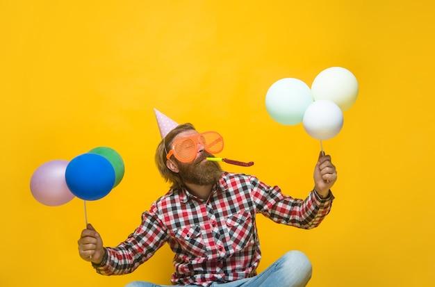 Imprezowy mężczyzna z teraźniejszością święta party czas święta i uroczystości mężczyzna z