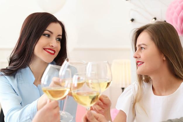Imprezuj w domu z przyjaciółmi