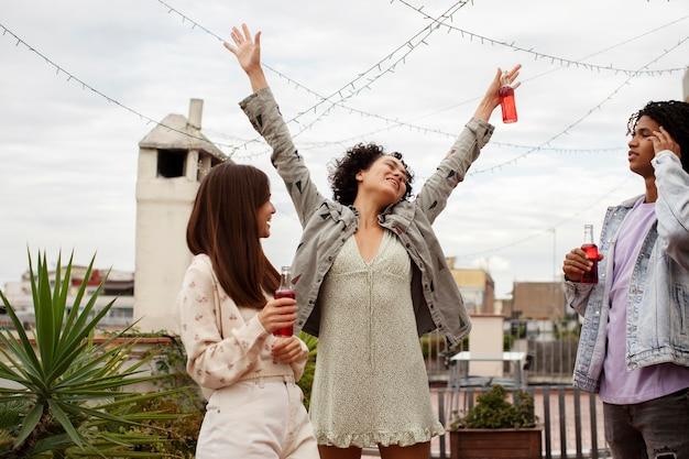 Imprezujący przyjaciele z bliska