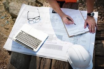Inżynier witryny na budowie