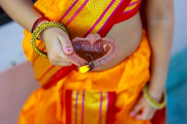 Indian festival diwali z lampą w dłoni