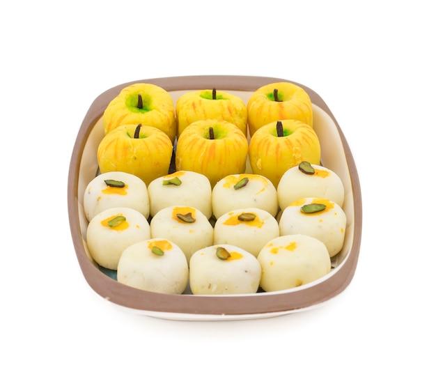 Indian mix sweet food jabłko w kształcie peda with white peda