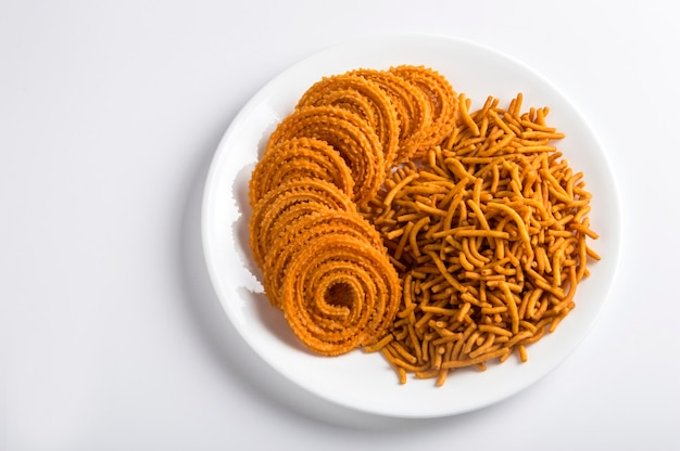 Indian snack: besan (mąka gram) sev i chakli, chakali lub murukku.