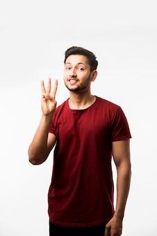 Indianin azjatycki mężczyzna pokazujący cyfry palcami