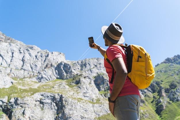 Indianin niosący żółty plecak, piesze wycieczki i robienie zdjęć