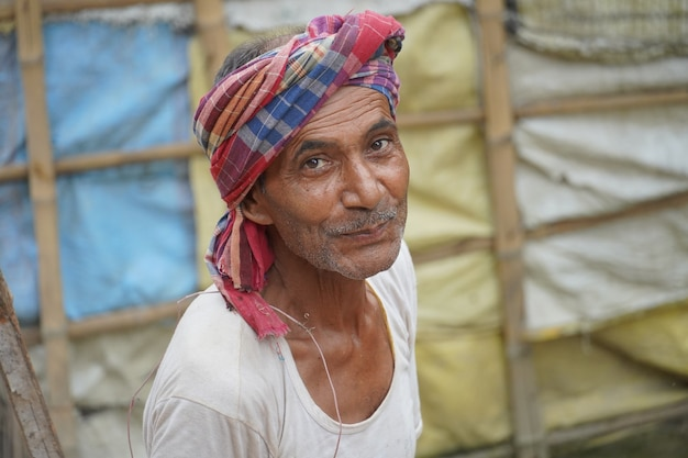 Indianin przystojny rolnik w swojej wiosce