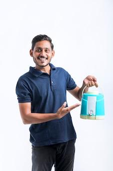 Indianin trzymający w ręku torbę lub słoik z wodą