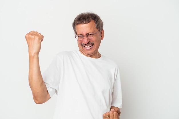 Indianin w średnim wieku na białym tle doping beztroski i podekscytowany. koncepcja zwycięstwa.