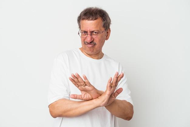 Indianin w średnim wieku na białym tle robi gest odmowy