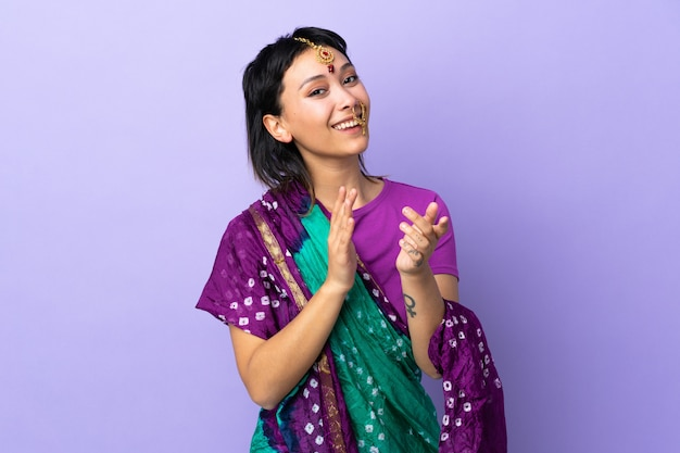 Indianka na białym tle na fioletowym tle brawo po prezentacji na konferencji