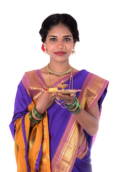 Indianka wykonująca kult, portret pięknej młodej damy z pooja thali na białym tle