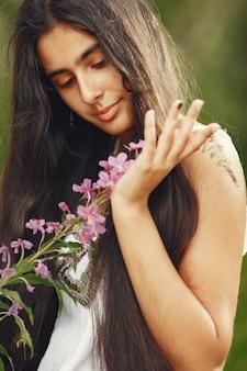 Indianka z długimi włosami. pani w niebieskiej sukience. dziewczyna z nietkniętą naturą.