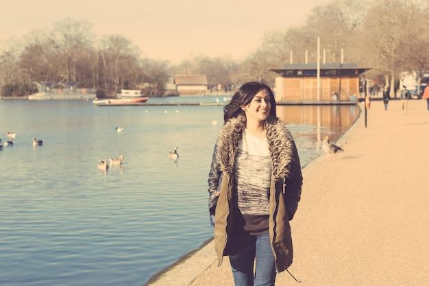 Indiańska dziewczyna chodzi przy parkiem w londyn
