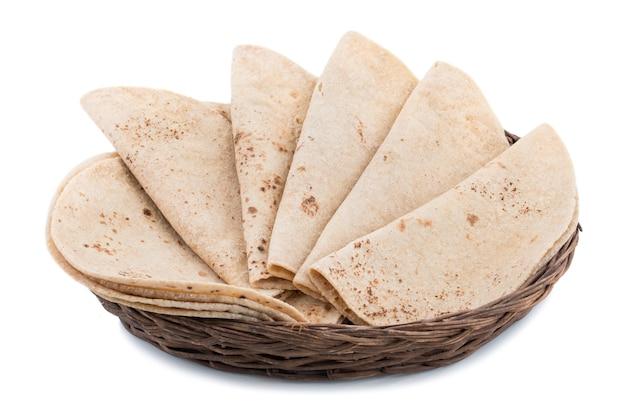 Indiańska kuchnia chapati na białym tle
