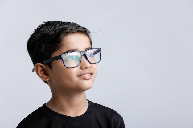 Indiański dziecko jest ubranym widowiska odizolowywających