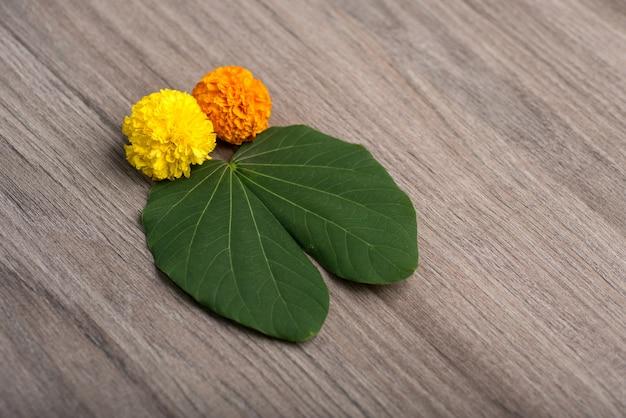 Indiański festiwalu dussehraand nagietek kwitnie na drewnianym tle.