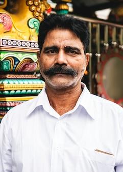 Indiański mężczyzna portret przy świątynią