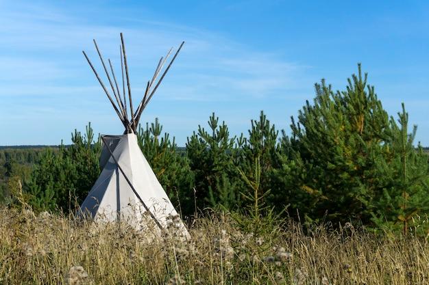 Indiański namiot tipi w jesiennym krajobrazie
