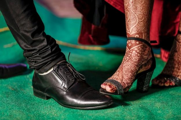 Indiański pary zbliżenia zdobycz wesele buty