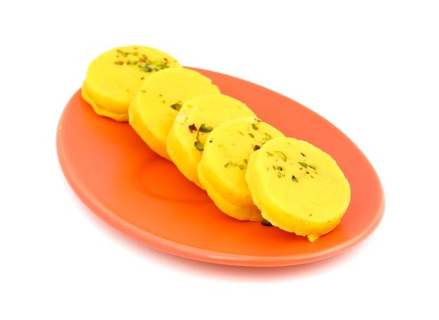 Indiański słodki karmowy kesar peda na białym tle