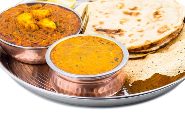 Indiański thali jedzenie dal makhani na białym tle